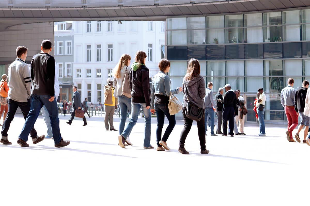 Personas paseando