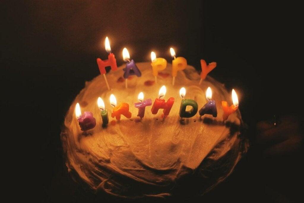 tarta representando las frases para felicitar el cumpleaños