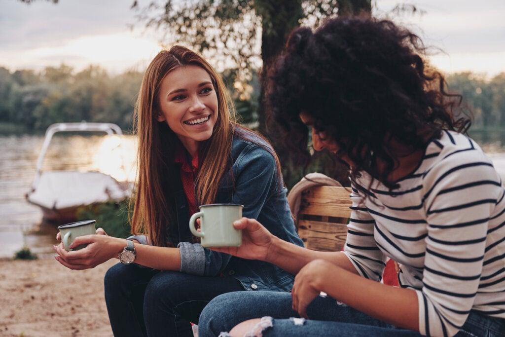 Amigas hablando al aire libre