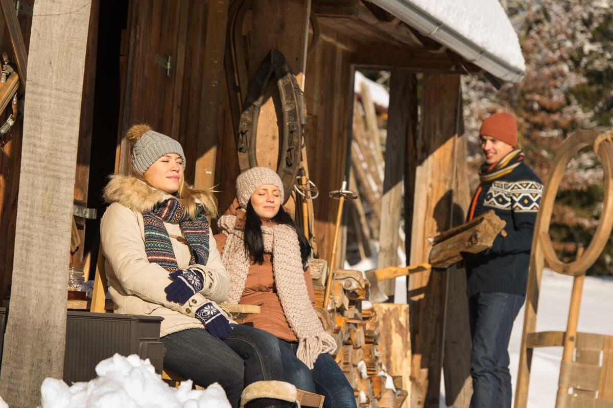 Amigos en una cabaña en la montaña practicando el friluftsliv
