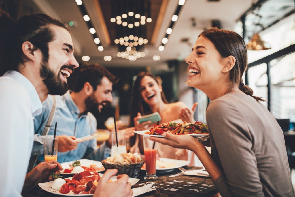 ¿Cómo influye la música a la hora de comer?