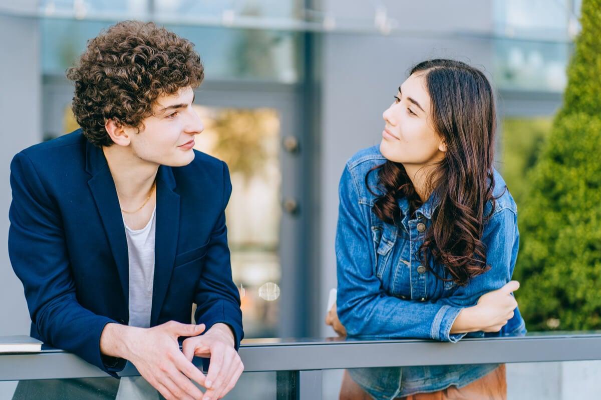pareja representando cuando te quedas mal después de una conversación ¿te ha pasado?