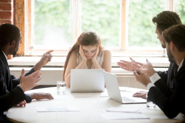 La descortesía interpersonal en el trabajo (compañeros groseros)