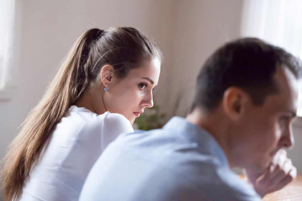 Chica desconfiando de su pareja