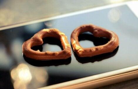 galletas en forma de corazón simbolizando enamorarse desde la distancia