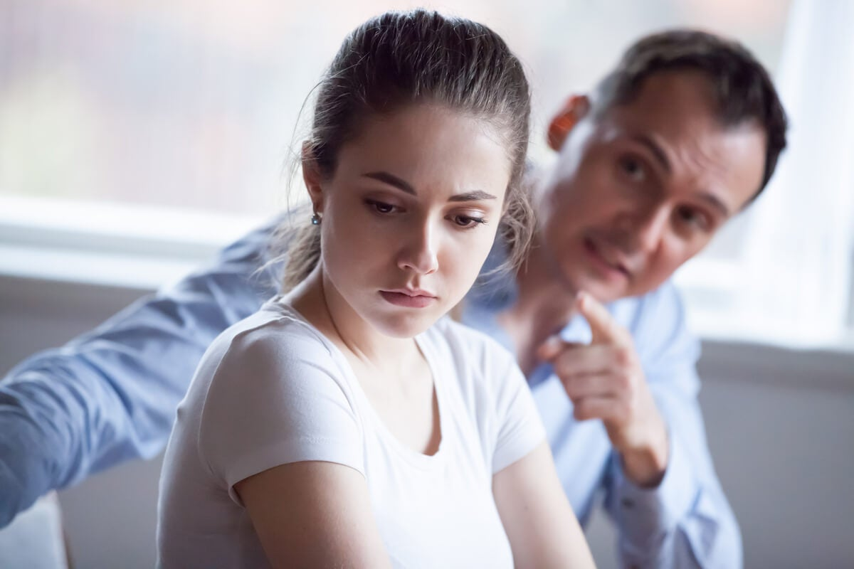 Hombre criticando a su mujer