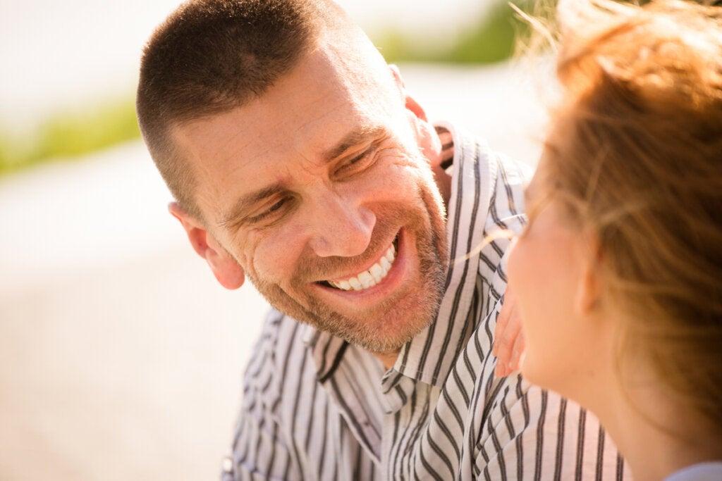 Hombre sonriendo a una mujer