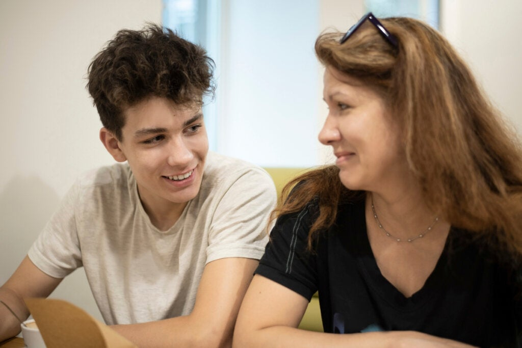 Mor snakker med sønnen som representerer det tenåringer trenger.