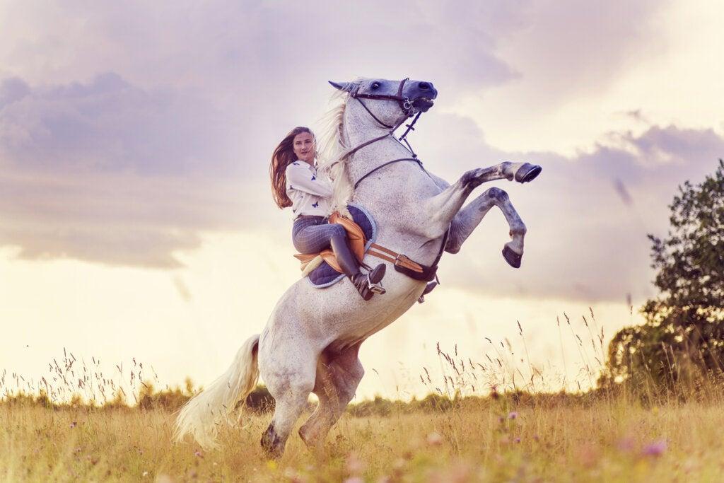 Mujer con un caballo blanco