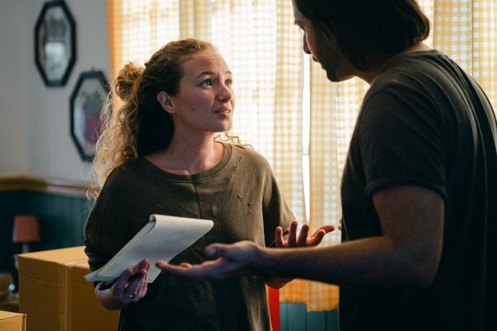 Mujer hablando con su pareja