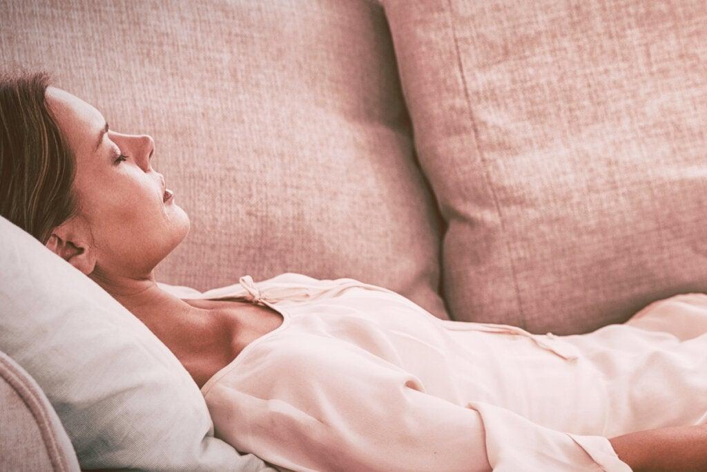 Mujer en trance tumbada en el sofá