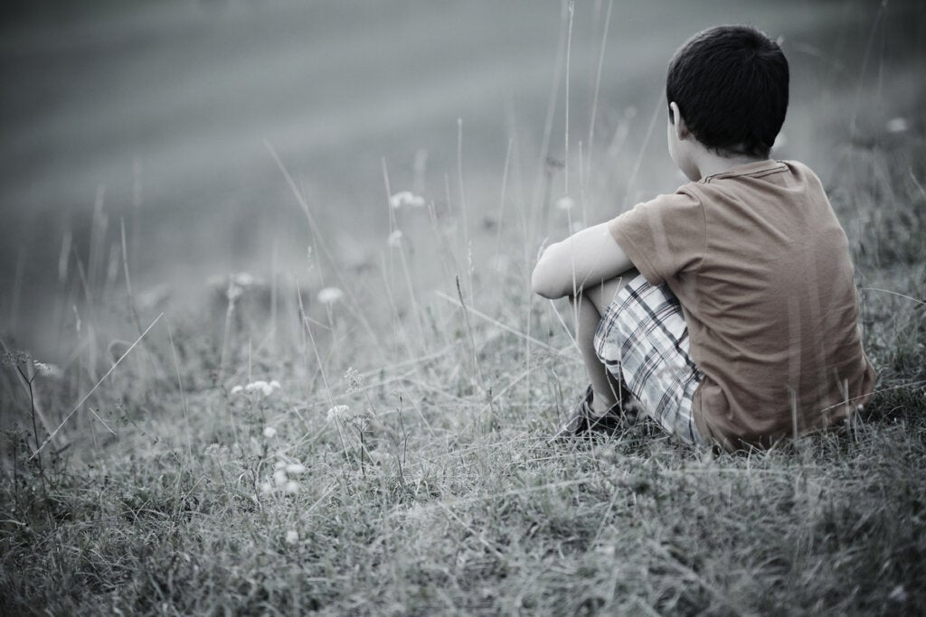 Niño solitario de espaldas