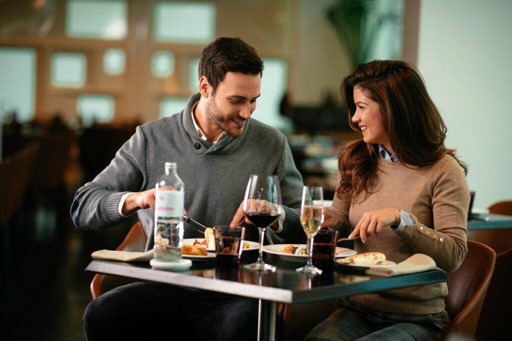Casal comendo em um restaurante