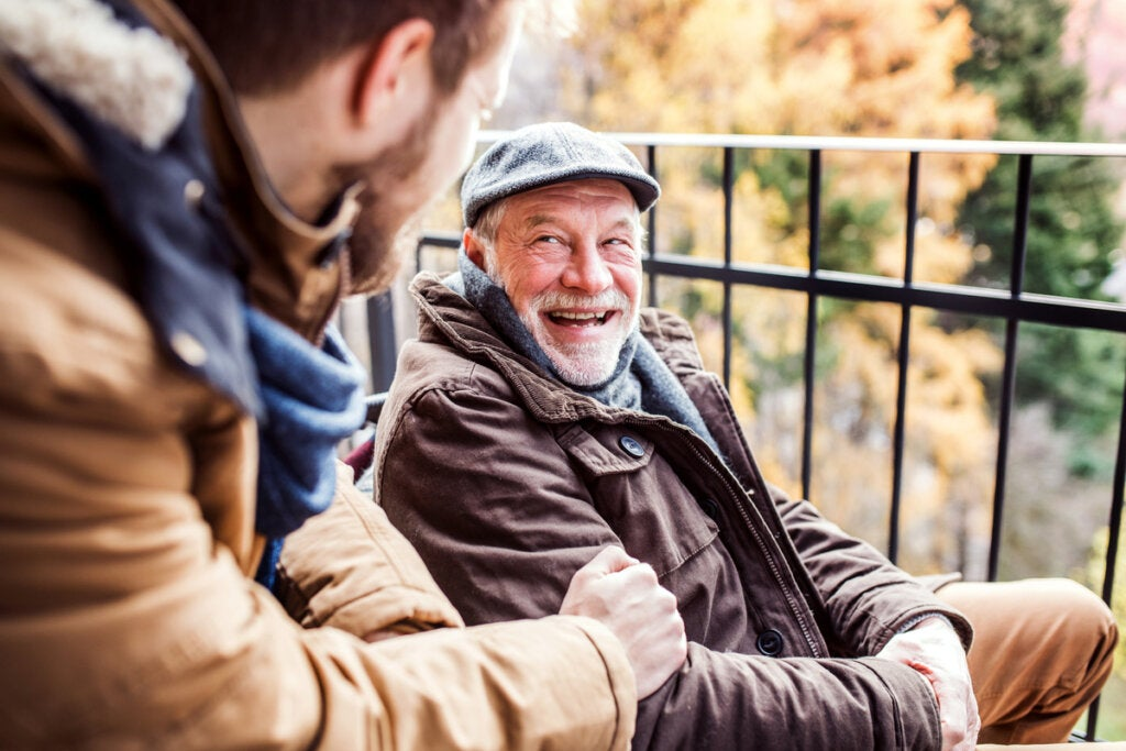 Abuelo y nieto hablando sobre los refranes