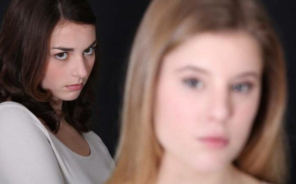 chica mirando mal a otra representando a las mujeres que odian a mujeres