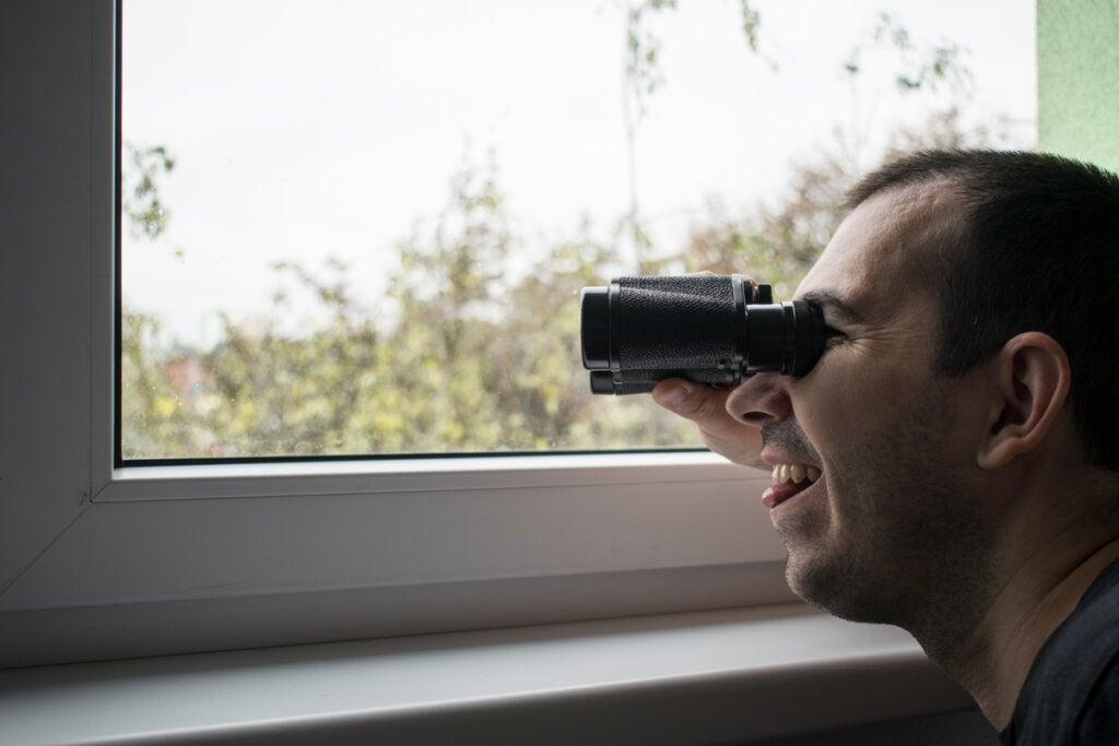 Hombre practicando el voyerismo