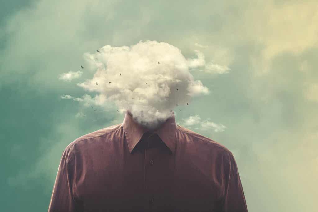 hombre con cabeza de nube representando la defusión cognitiva