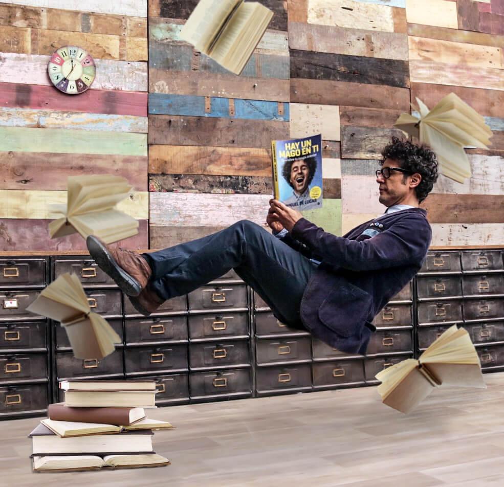 Miguel con el libro
