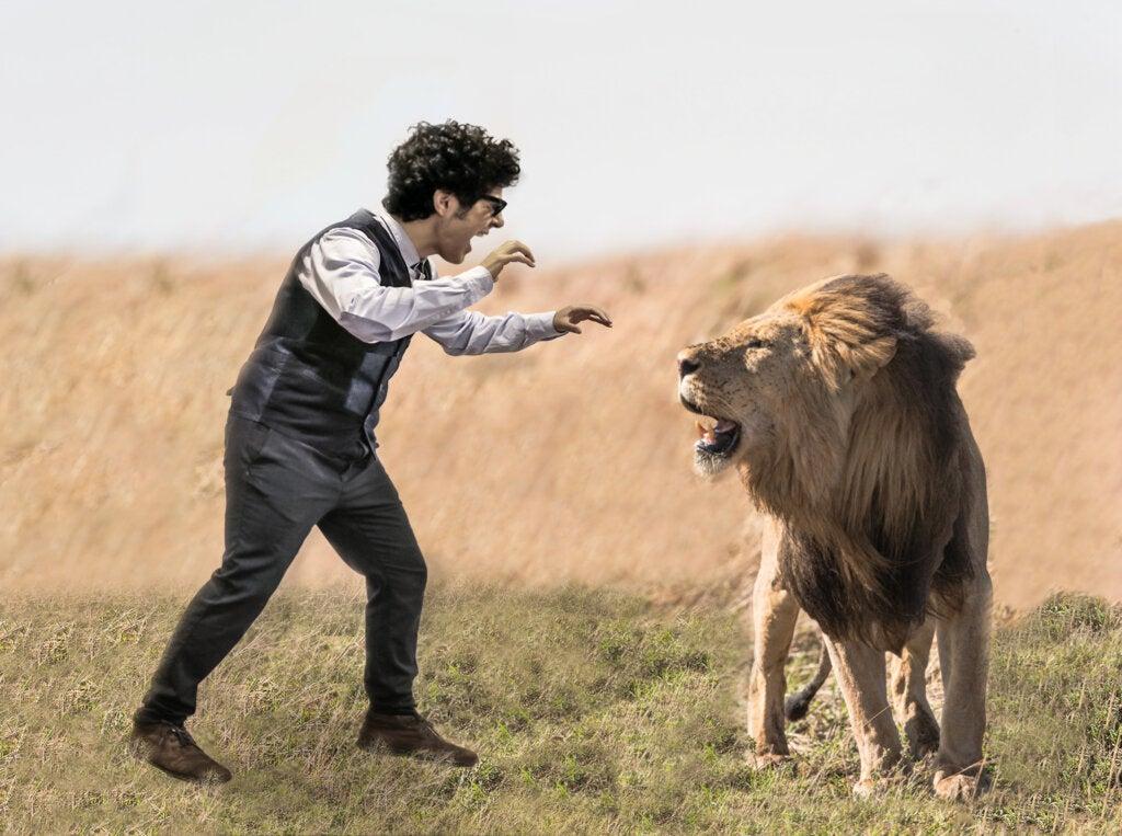 Miguel luchando contra un león