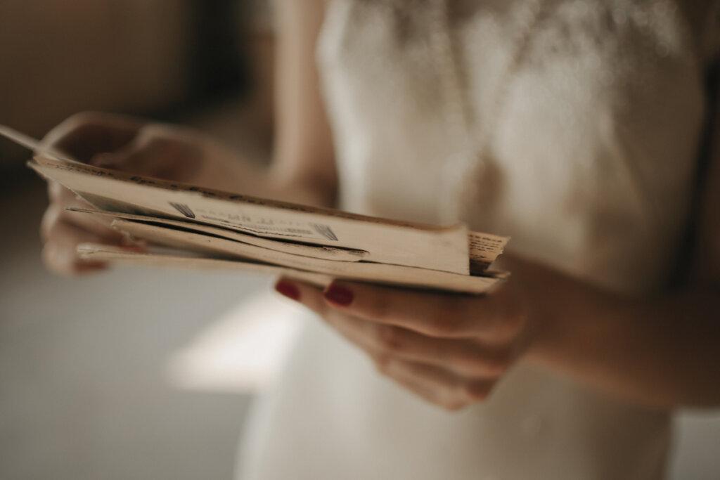 Mujer leyendo cartas de amor