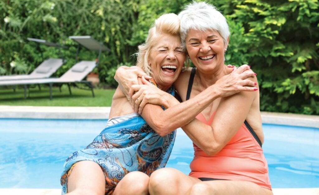 mujeres abrazadas representado la amistad en la tercera edad