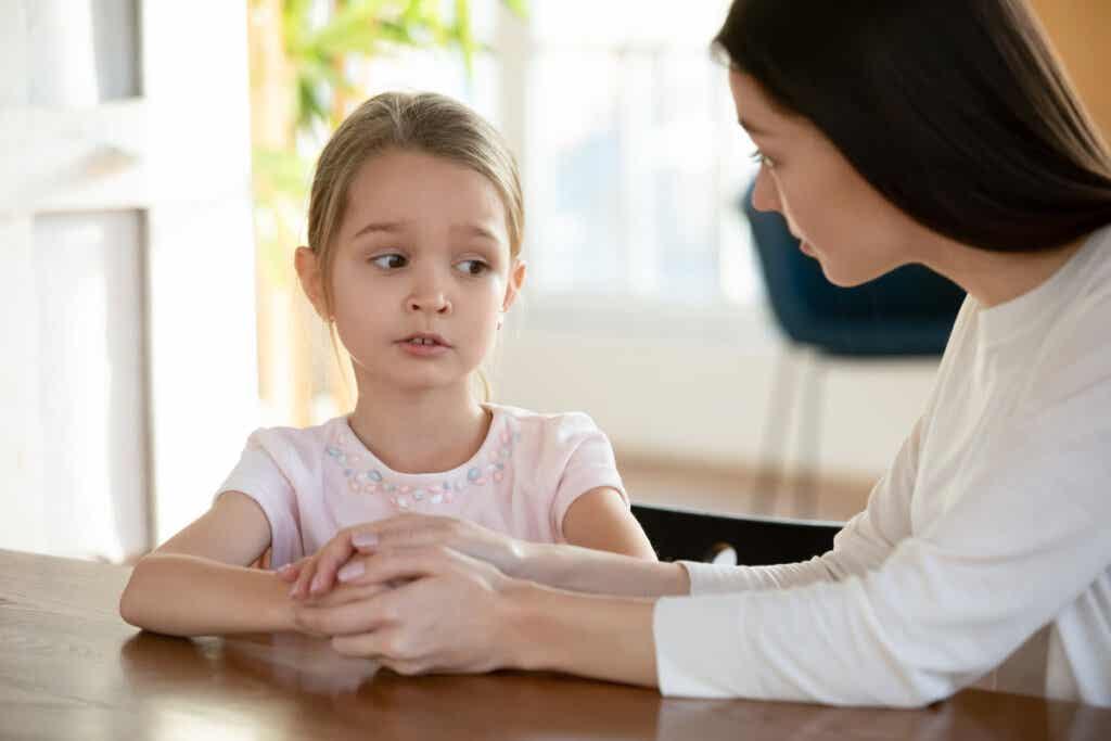 Niña con su madre para representar el Trastorno de ansiedad generalizada en niños