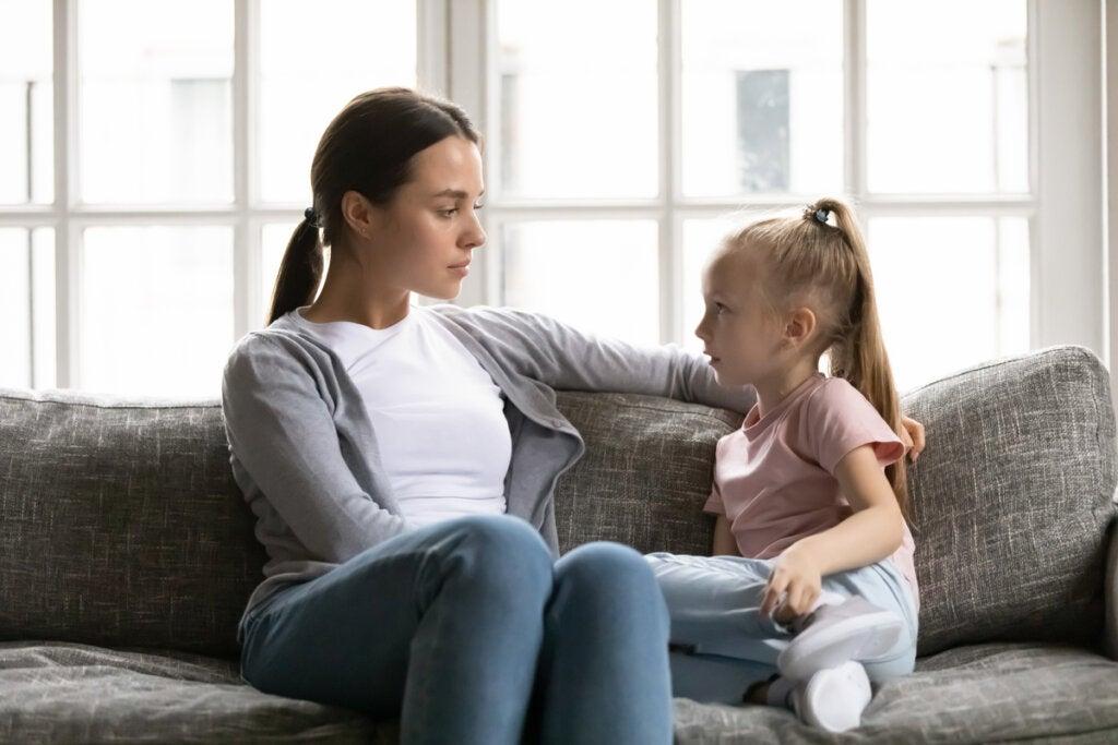 Niña hablando con su madre con dificultad
