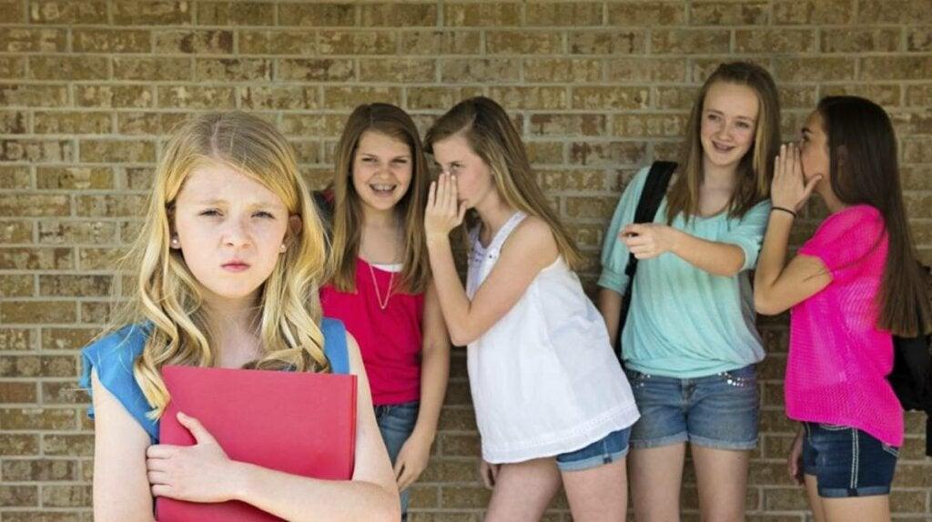 niña que sufre bullying simbolizando a las mujeres que odian a mujeres