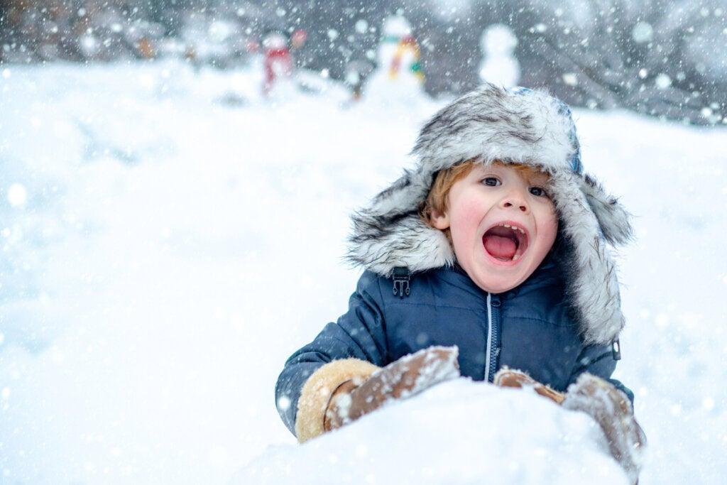 Niño divirtiéndose en la nieve