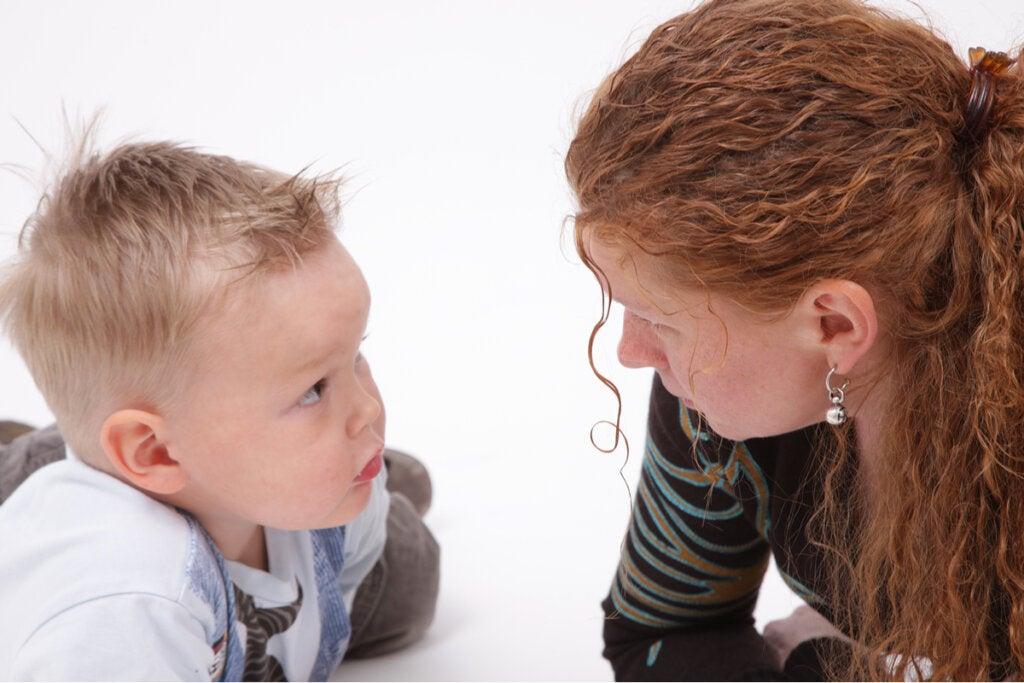 Niño con su madre para representar el aprendizaje latente
