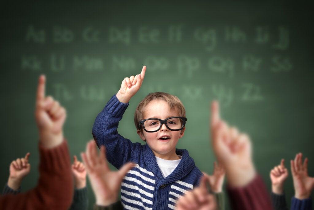 Niño levantando la mano entre sus compañeros de clase intentando aprender a sintetizar