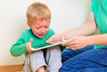 Las pantallas aceleran a los niños y afectan a su humor