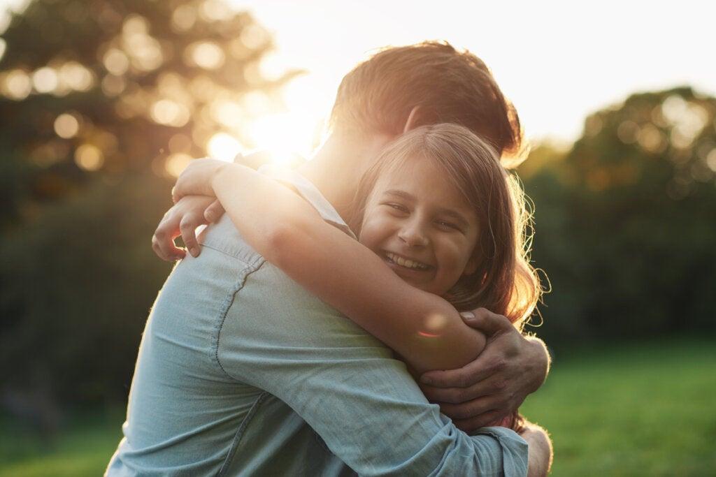 Padre abrazando a su hija pequeña