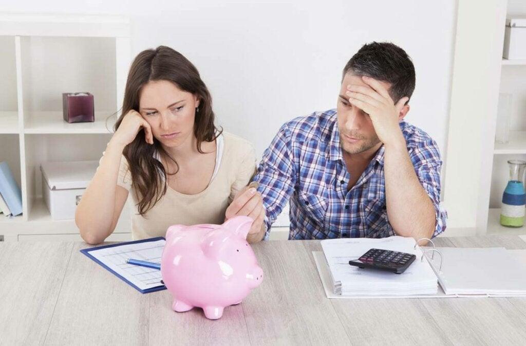 hombre y mujer preguntándose cómo manejar el tema del dinero