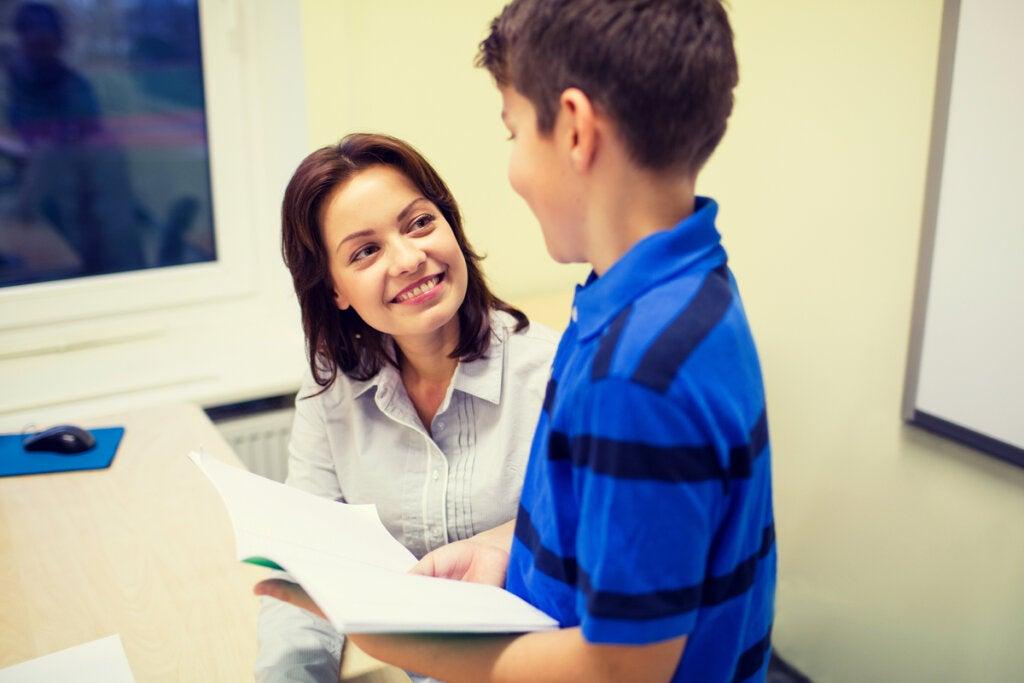 Profesora hablando con un alumno sobre la tarea