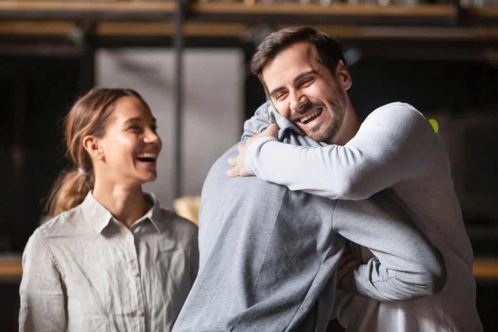 personas abrazándose para representar la ley de la reciprocidad