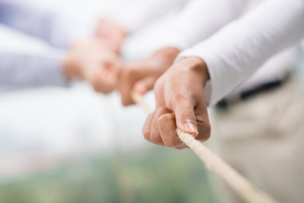 Compañeros de trabajo tirando de una cuerda