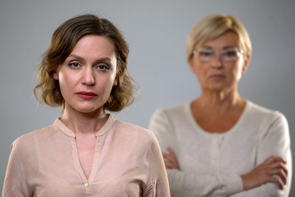 Hija adulta preocupada por el enfado de su madre