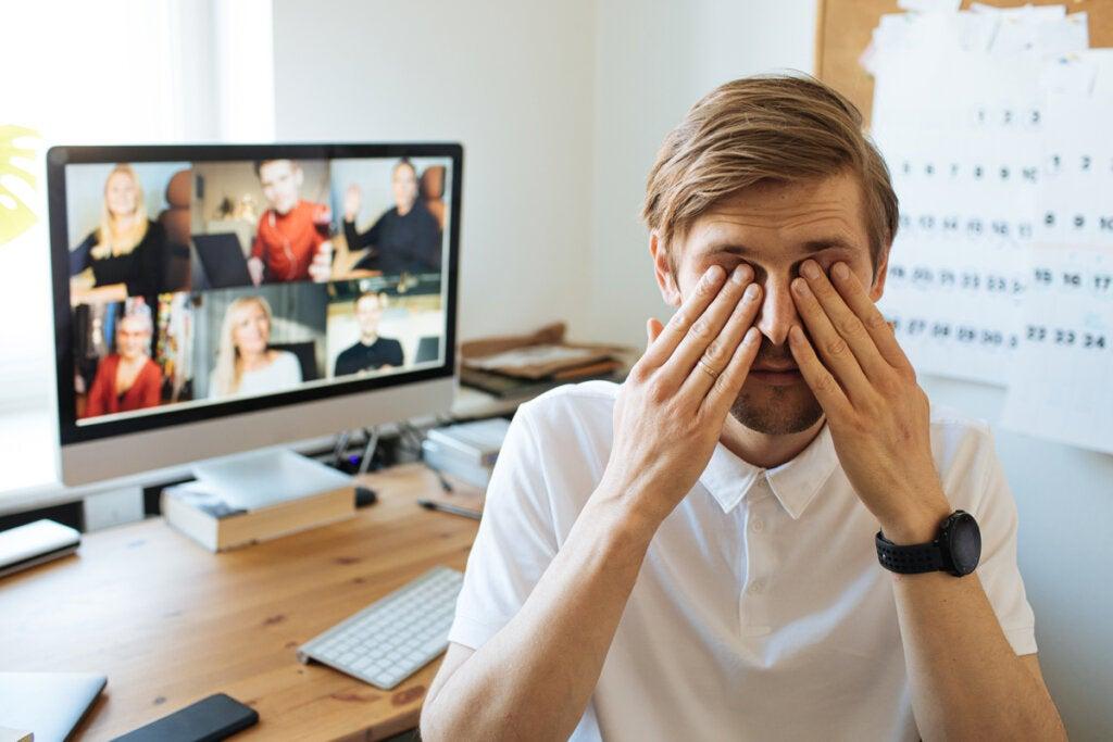 Hombre agotado por videollamadas