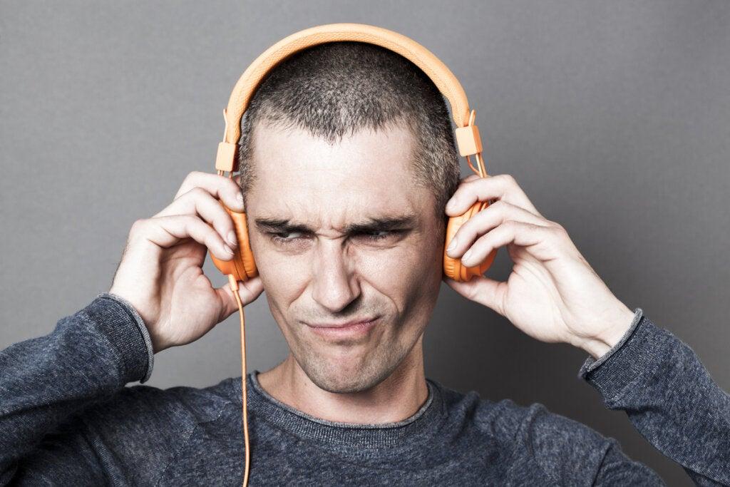 Hombre con cara desagradable al escuchar su voz