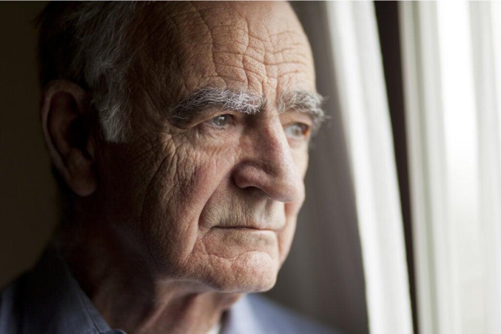 Hombre mayor sintiendo falta de confianza