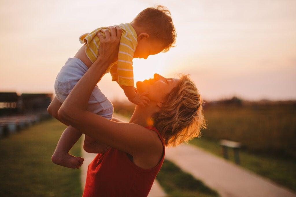 Mãe segurando o filho nos braços