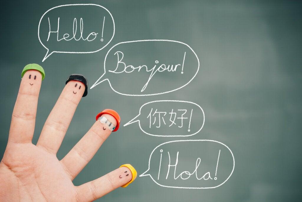 Manos con dedos disfrazados hablando idiomas