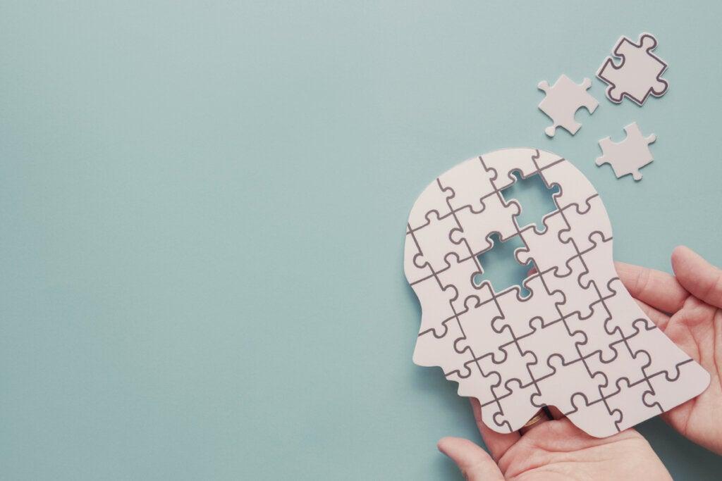 Mente humana formada por piezas de puzzle