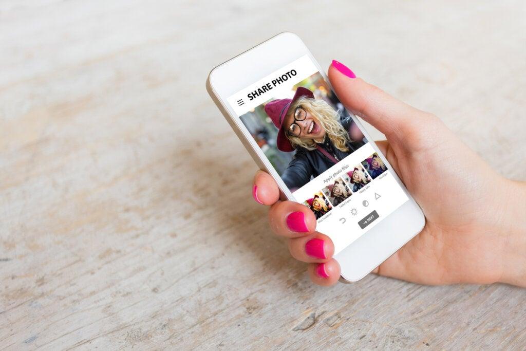 Mujer cambiando una foto con los filtros de las redes sociales