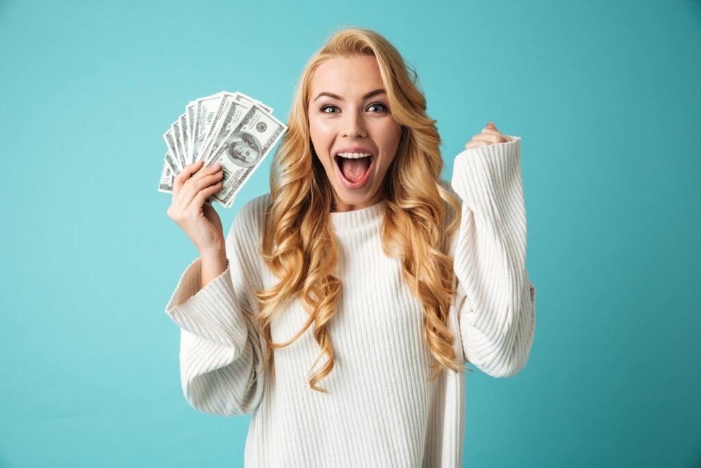 Mujer contenta por el dinero