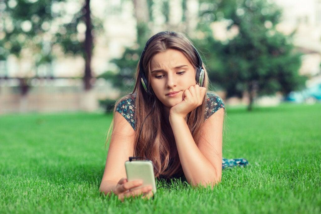 Mujer escuchando audio con el móvil