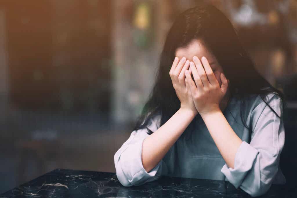 Mujer japonesa triste y estresada