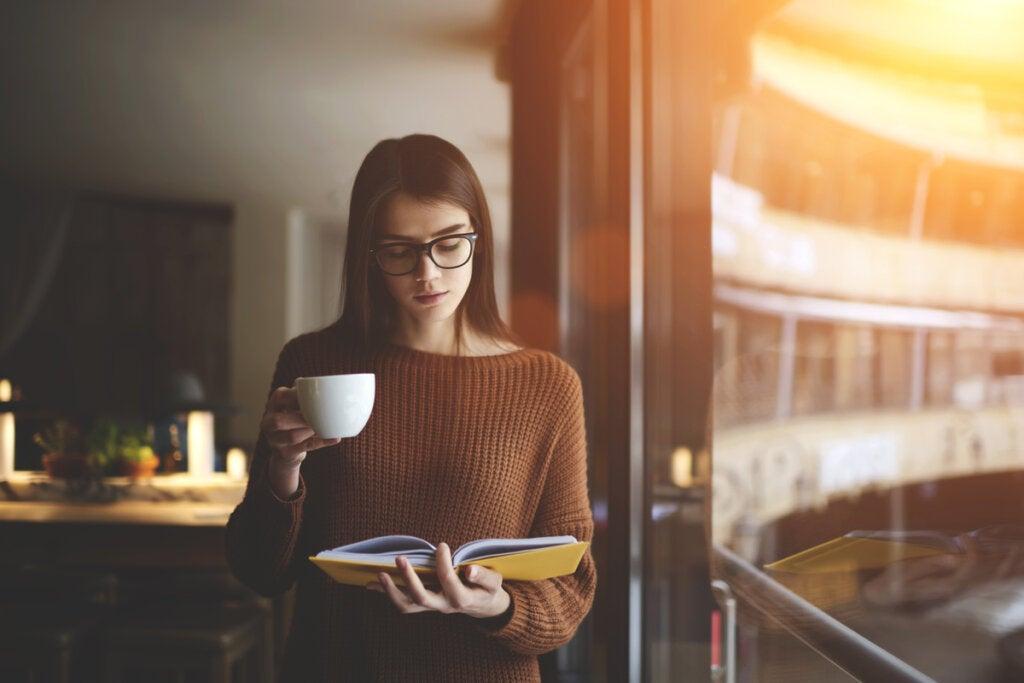 Mujer leyendo de pie