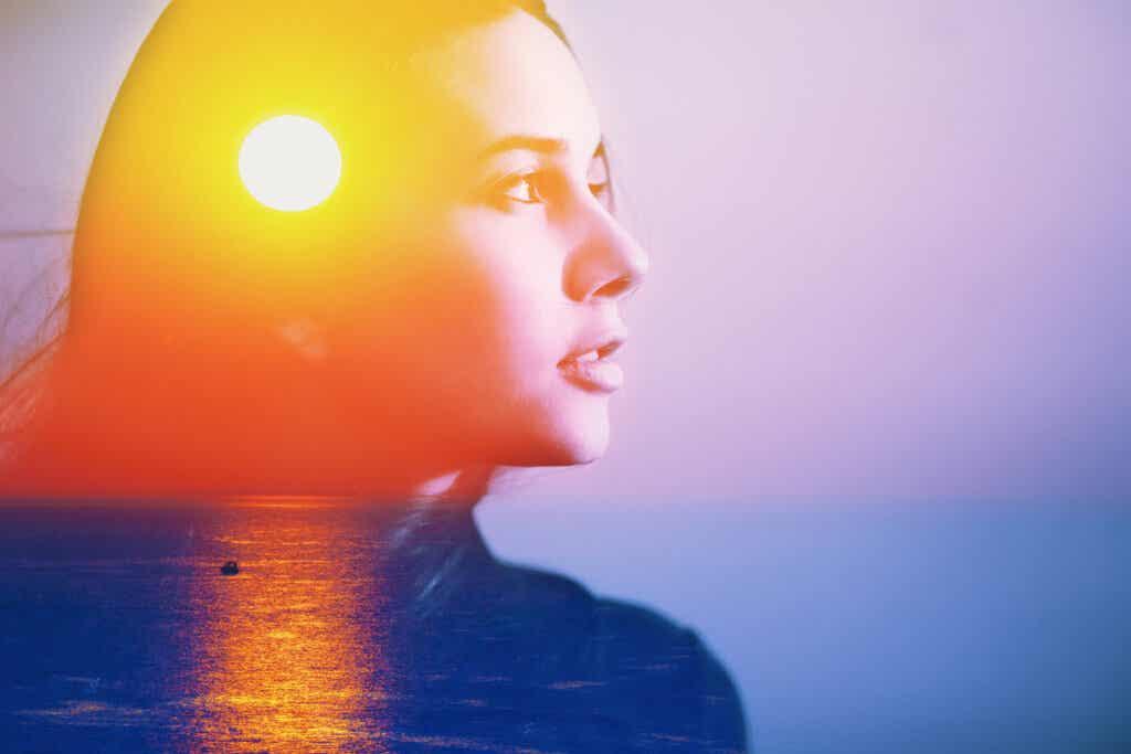 Mujer con luz en la mente representando que el cerebro está programado para enfocarse en lo negativo